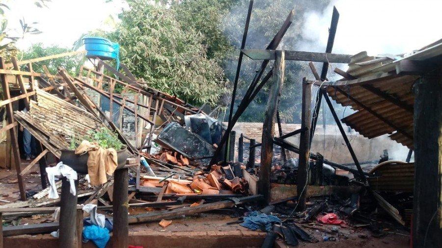 Bombeiros resgatam homem esfaqueado dentro de casa incendiada no setor Planalto, em Araguaína