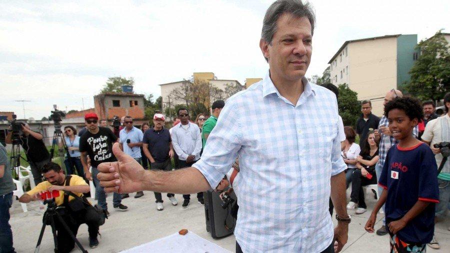 Na semana passada, Lula liberou seu herdeiro político de visitá-lo, e pediu que ele fosse para a rua fazer campanha (Foto: Reuters)