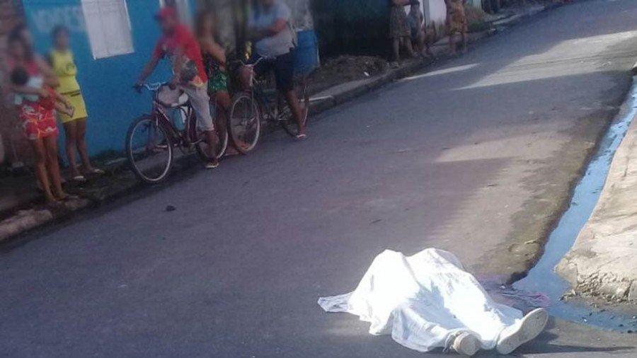 Os tiros atingiram os braços e cabeça do irmão da delegada, que morreu no local