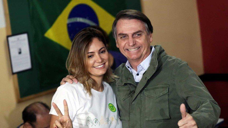 Fluente na Língua Brasileira de Sinais, Michelle tem se apresentado como uma defensora dos direitos das pessoas com necessidades especiais