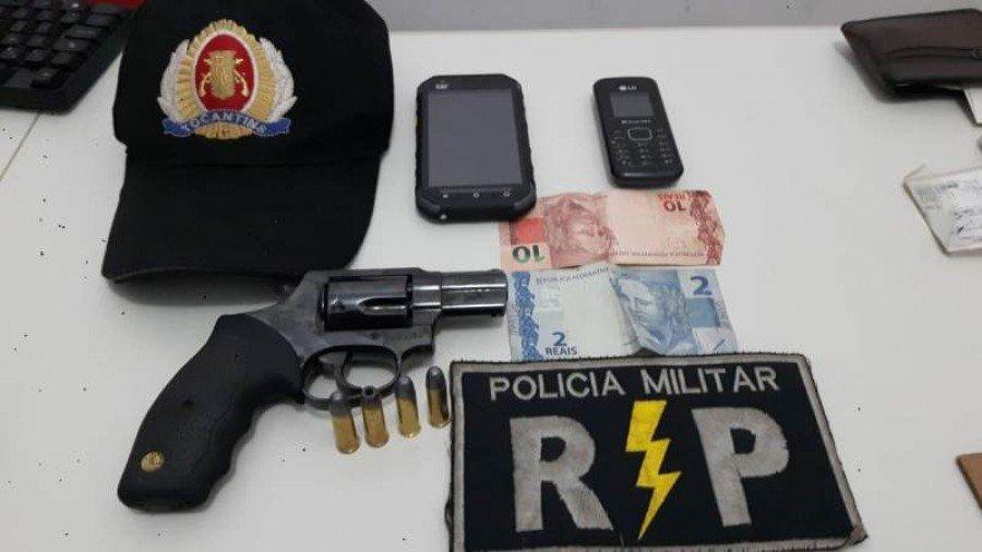 Arma e objetos apreendidos pela PM em poder do autor