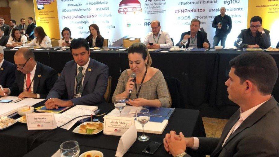 Prefeita de Palmas e vice-presidente da Frente Nacional dos Prefeitos (FNP), Cinthia Ribeiro, leu carta com reivindicações ao presidente eleito