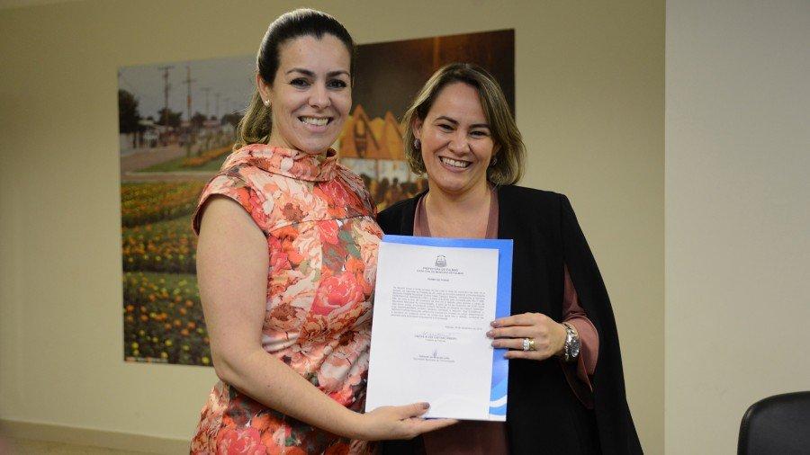 Cinthia Ribeiro dá posse a nova secretária de comunicação do município de Palmas (Foto: Edu Fortes)