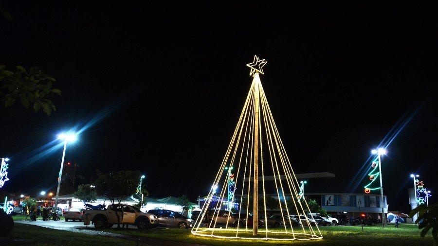 Uma grande árvore de Natal ilumina a estação Sul