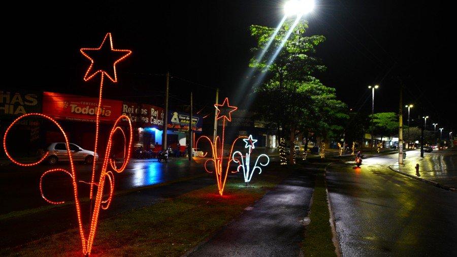 Luzes de Natal se acenderem na avenida Tocantins