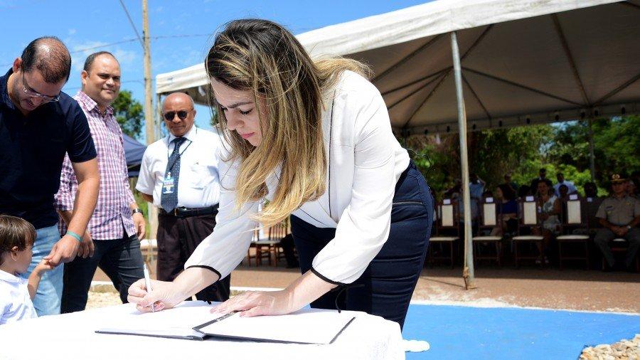 Prefeita inaugurou monumento em homenagem à Marinha (Foto: Regiane Rocha)