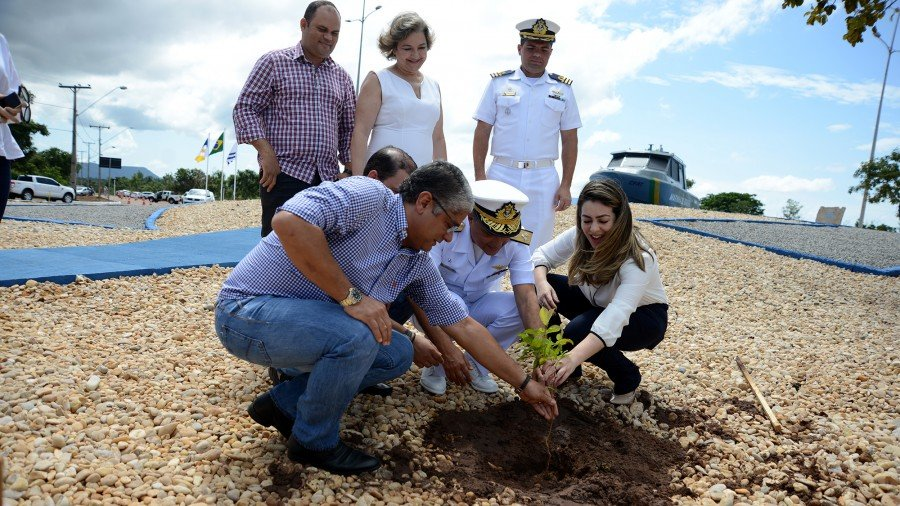 Na ocasião, a prefeita realizou o plantio de espécies nativas do cerrado oriundas do projeto Meu Pé de Sombra, desenvolvido pela gestão municipal