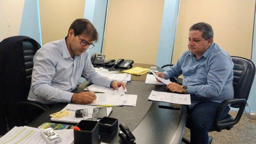 Em visita a secretário da Infraestrutura, deputado Jair Farias pediu prioridade em obras do sudeste e do Bico do Papagaio