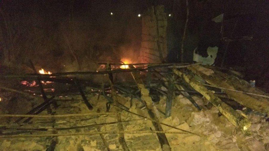 Residência de barro e madeira ficou destruída após pegar fogo em Axixá