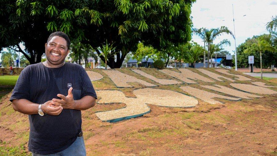 O vendedor ambulante Manoel Santos, que circula muito pela cidade, reconhece a beleza desse trabalho em rotatórias e canteiros da cidade