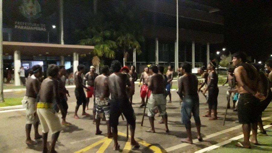 Indígenas protestaram contra a prefeitura que teria prometido recuperar estradas vicinais que dão acesso às aldeias