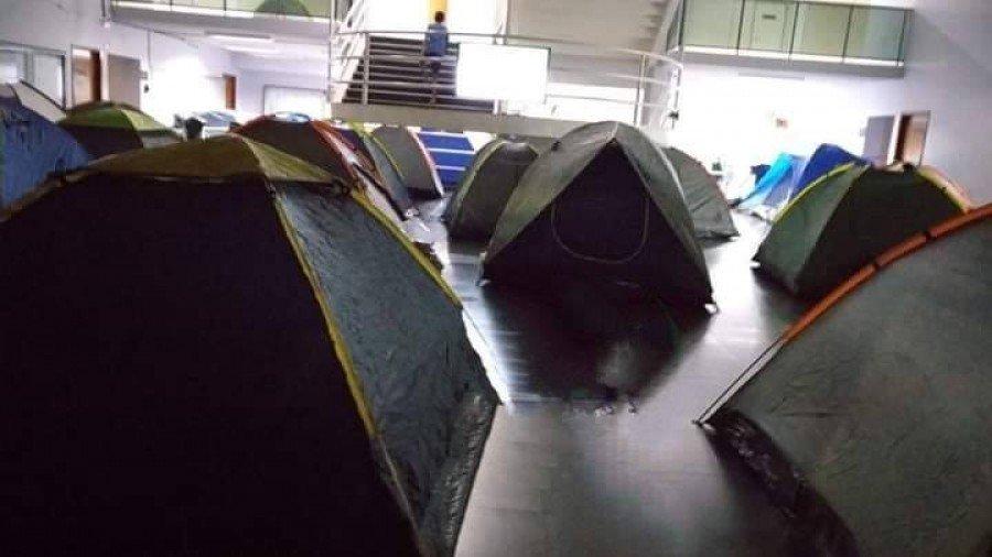 Índios acampados dentro da Prefeitura Municipal com barracas