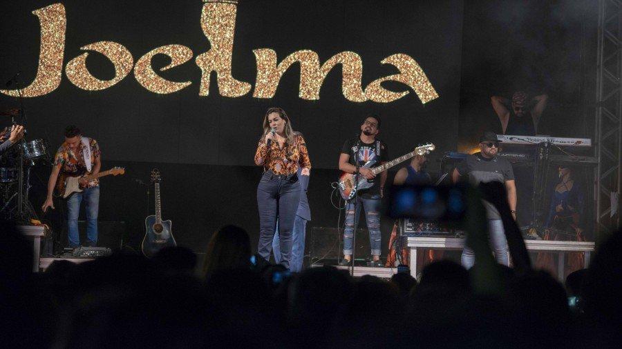 Prefeita Cinthia Ribeiro durante anúncio do show do Jota Quest, no Festival Gastronômico de Taquaruçu