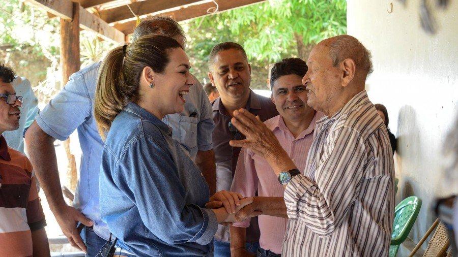 Prefeita conversa na casa de morador pioneiro Anísio Moura que mora no distrito desde 1944