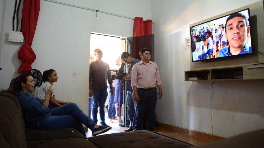 Prefeita e estudante Dáphine, 10 anos, assistem chamada de jornal local a partir de sinal de TV aberta com qualidade digital já disponível no distrito