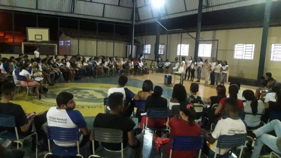 Estudantes do Colégio Estadual Osvaldo Franco participando das rodas de conversa