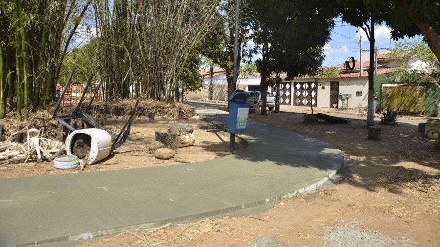 Na Praça do Bambu, na Arse 102, a equipe executa novo calçamento da praça e ampliação da quadra de futebol de areia