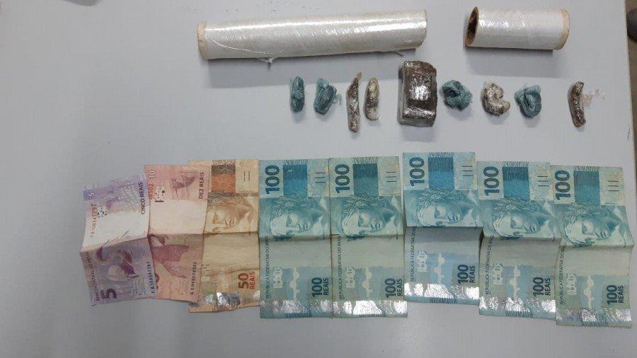 Maconha, material para a embalagem da droga e cerca de R$ 500,00 apreendido pela Polícia Civil