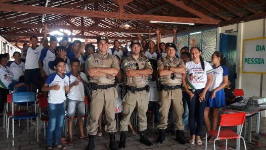 Visita cidadã é realizada pela PM na escola estadual Presidente Tancredo de Almeida Neves, em Buriti do Tocantins (Foto: Divulgação/9º BPM)