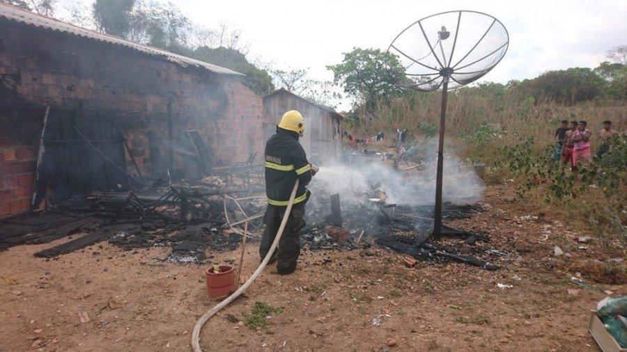 Morador de Araguatins perdeu todos os móveis e eletrodomésticos após incêndio destruir casa de madeira (Foto: Bombeiros/Divulgação)