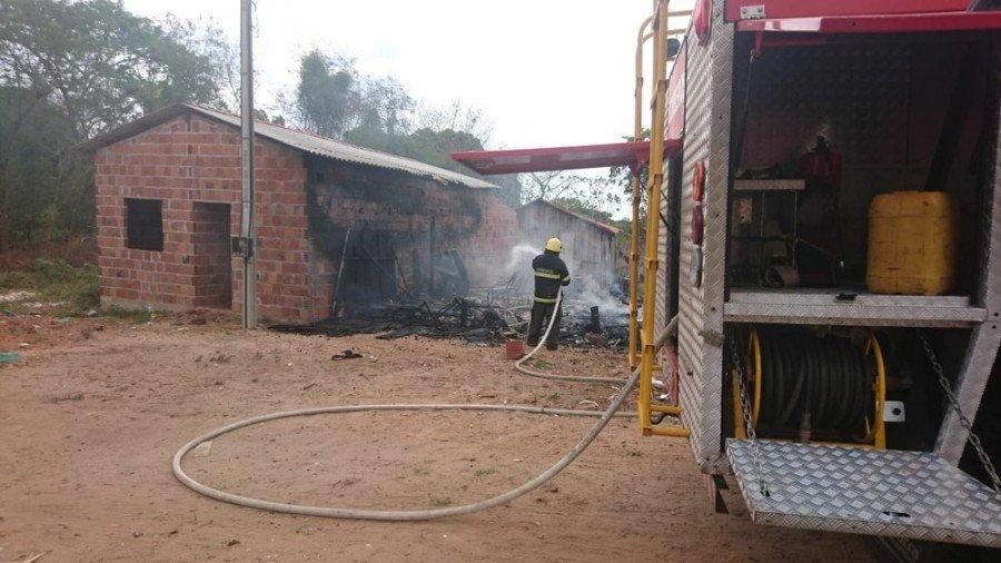 Incêndio quase atingiu telhado de construção (Foto: Bombeiros/Divulgação)