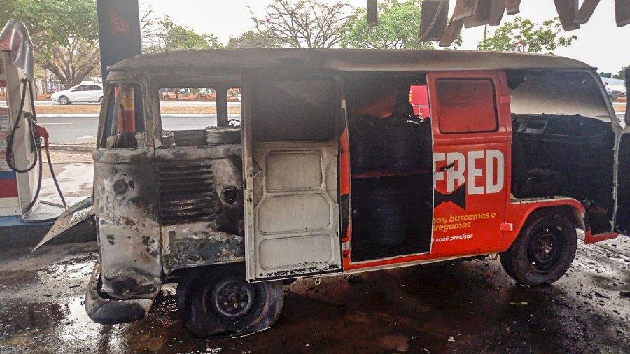 O veículo ficou parcialmente danificado após incêndio (Foto: Divulgação)