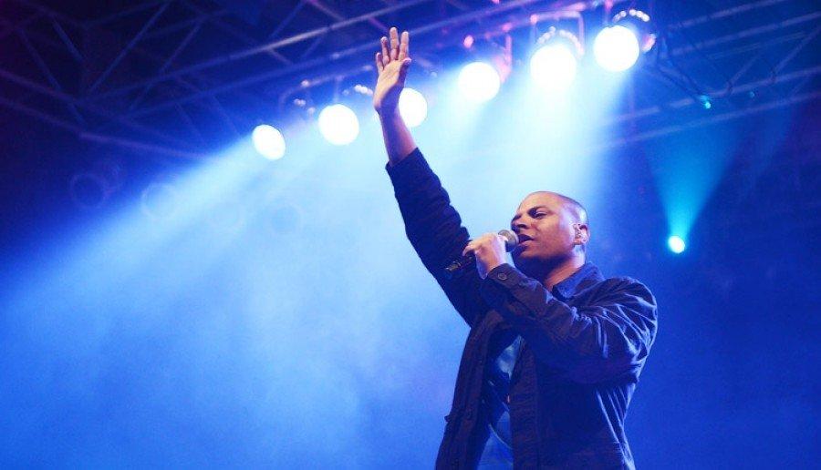 A programação musical da noite será encerrada com o jovem cantor católico Davidson Silva