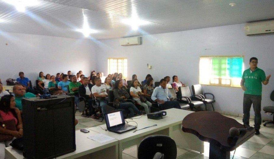 Biólogo Marco Aurélio, durante palestra para enfermeiros, agentes de endemia e de saúde