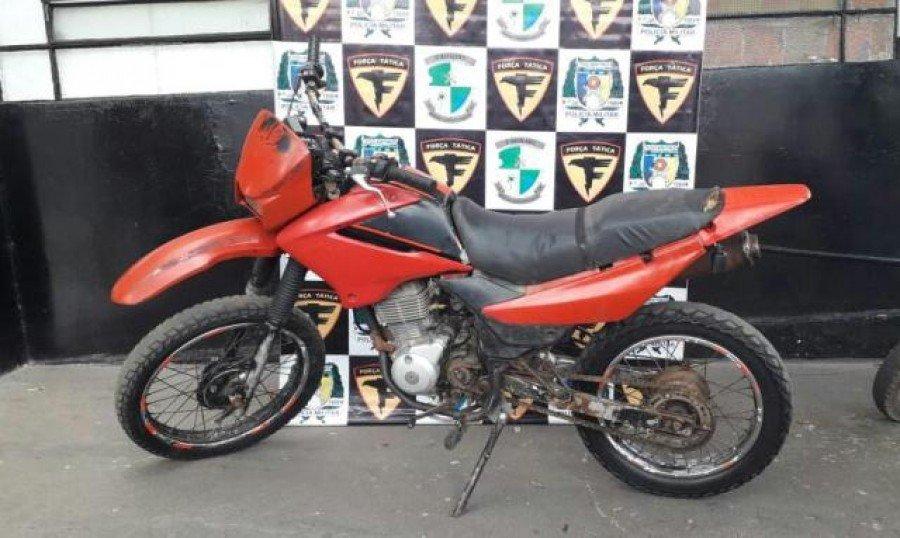 Equipe de Força Tática da PM apreendeu motocicleta com registro de furto/roubo no centro de Araguatins