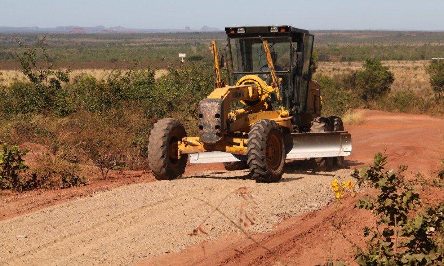 Rodovias de acesso ao Jalapão passam por manutenção e requerem atenção dos motoristas devido as máquinas na pista (Foto: Washington Luiz)