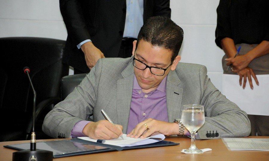 Secretário de Estado da Administração, Geferson Barros, ao assinar o convênio com a UFT