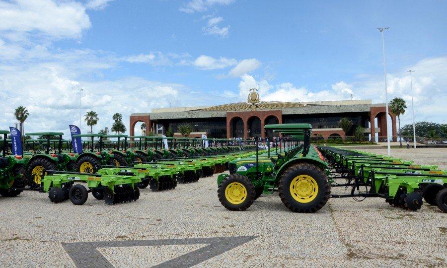 Governador Marcelo Miranda entregou tratores equipados com grades, carretas direcionado à Agricultura Familiar