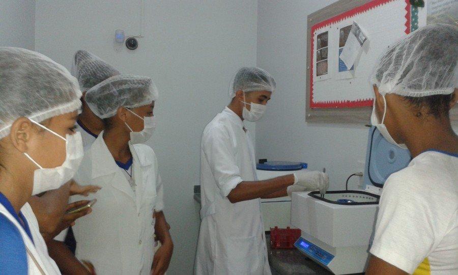 A ação teve como objetivo vivenciar na prática os conteúdos das disciplinas de Química