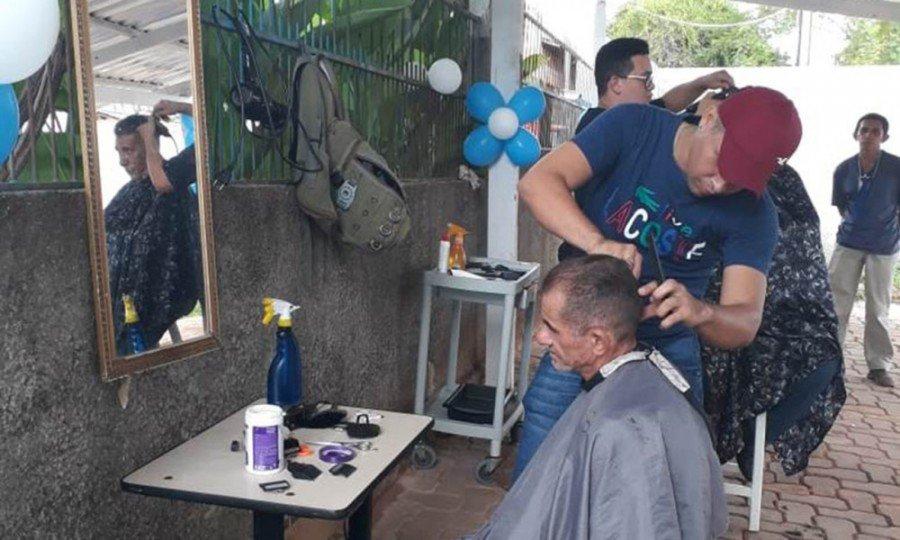 A atividade priorizou rodas de conversa sobre o câncer de próstata, atividades culturais, teatro temático e sorteio de cortes de cabelo e barba
