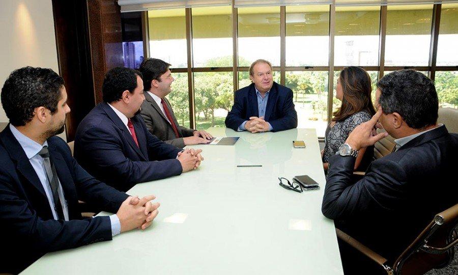 O governador Mauro Carlesse recebeu na manhã desta quinta-feira, 17, integrantes da nova diretoria da OAB-Tocantins (Foto: Frederick Borges)