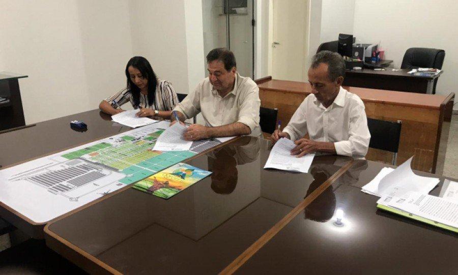 Secretário César Halum assina Termo de Cessão de Uso dos tratores com os prefeitos Maria Elvira e Nelsinho (Foto: Brener Nunes)