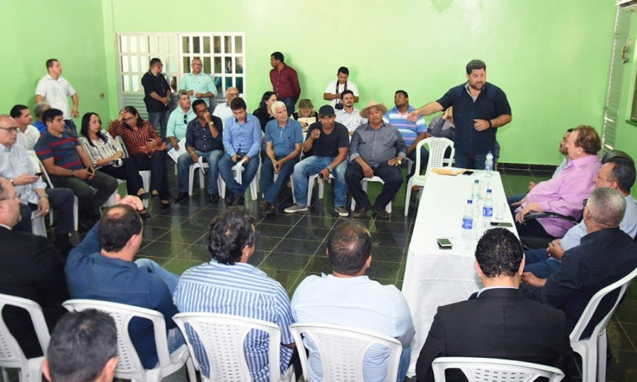 Em Araguatins, o Governador esteve na Prefeitura, onde participou de uma reunião com os prefeitos da região do Bico (Foto: Esequias Araújo)