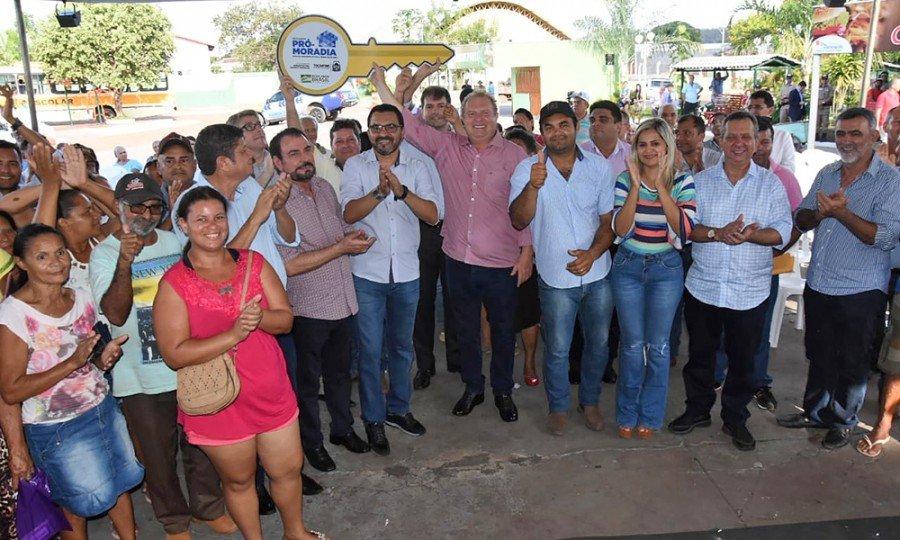 Governador Mauro Carlesse entregou 82 moradias à comunidade de baixa renda em Darcinópolis (Foto: Esequias Araújo)