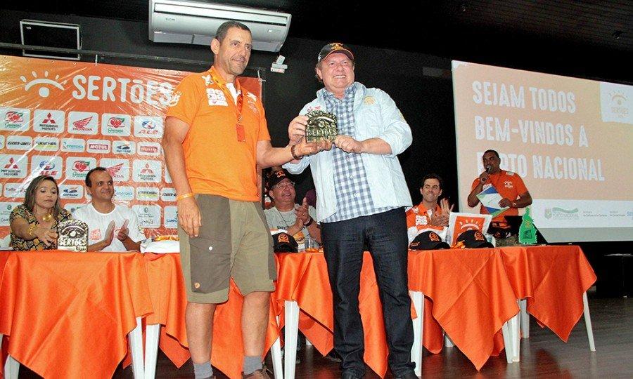 Durante a premiação dos vencedores da quinta etapa o Governador recebeu uma placa de agradecimento pelo apoio dispensado ao evento em território tocantinense