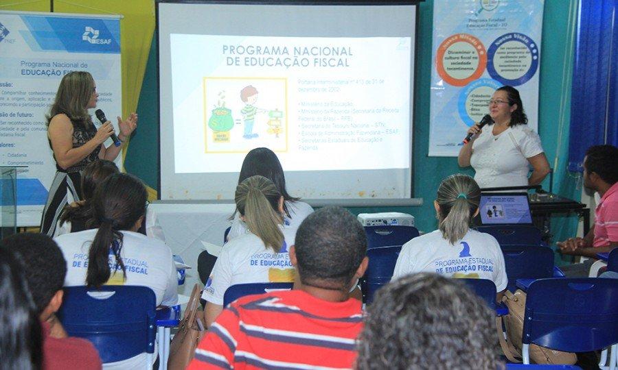 Andreia Feitosa e Elmirian Guedes apresentam os programas Nacional e Estadual de Educação Fiscal (Foto: Antônio Gonçalves)