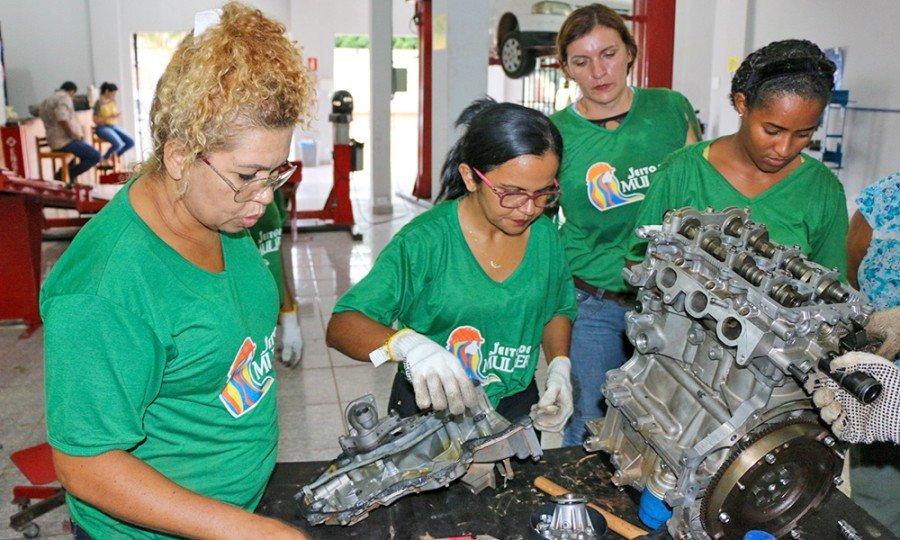 Laudecy Barreira Pereira e Solange Alves Paulino no curso de qualificação em Mecânica de Motor a Gasolina e álcool do Projeto Jeito de Mulher