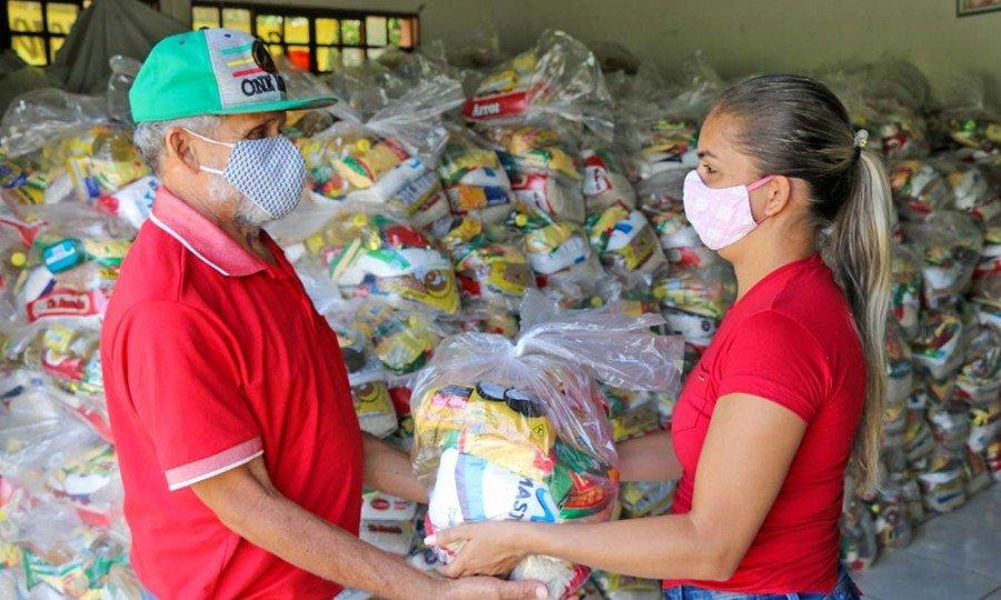 De março de 2020 até o momento, mais de 470 mil famílias já foram atendidas com a entrega de cestas básicas nos 139 municípios