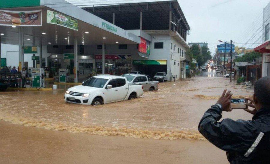 Confluência da avenida JK com a Liberdade, no Bairro Rio Verde, em Parauapebas, onde a chuva castigou moradores, comerciantes e condutores