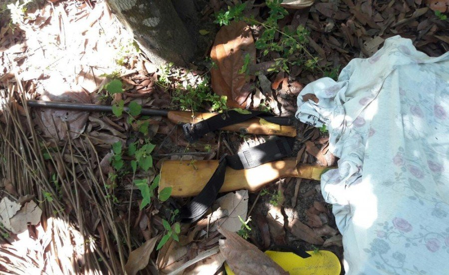 Espingarda foi encontrada no local do acidente (Foto: Divulgação/Corpo de Bombeiros)