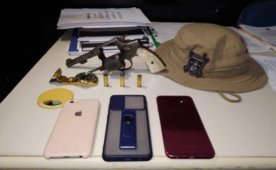 Suspeitos de roubarem celular e dinheiro em posto de combustíveis com emprego de arma de fogo são presos em Colméia