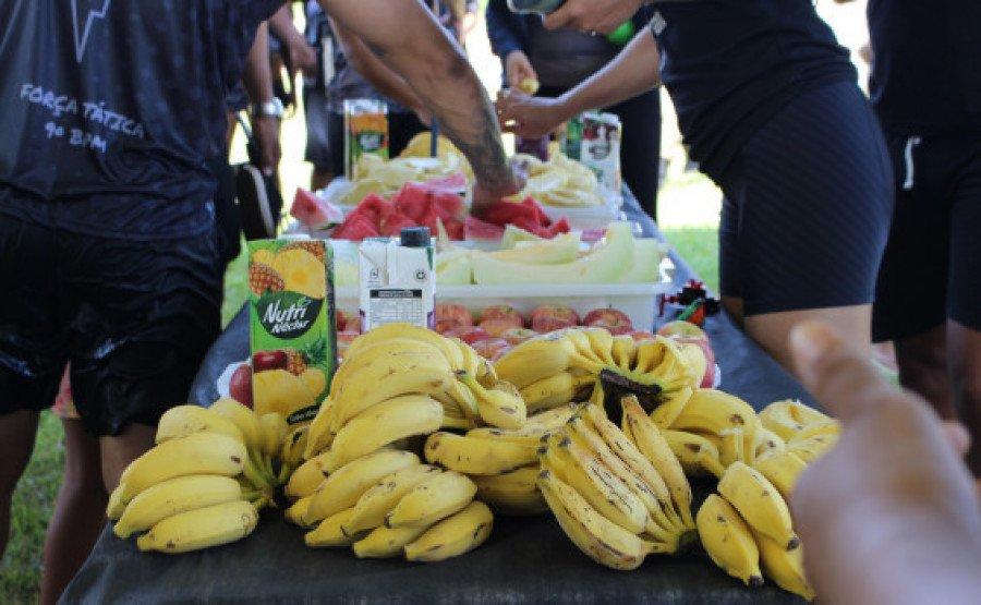Mesa de frutas para os participantes da corrida (Foto: Divulgação/9° BPM)