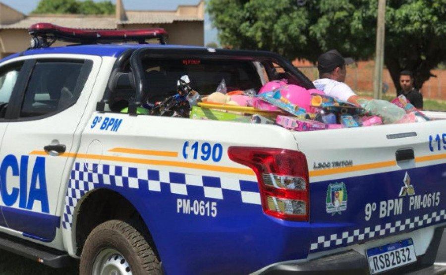 Viatura saindo com brinquedos para serem doados às crianças (Foto: Divulgação/9° BPM)