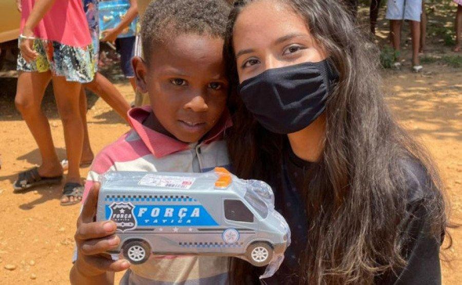 Momento da distribuição dos brinquedos às crianças (Foto: Divulgação 9° BPM)