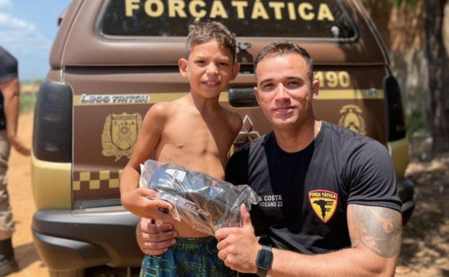 Momento da entrega dos brinquedos às crianças de baixa renda (Foto: Divulgação/9° BPM)