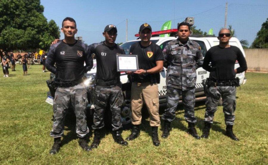 Comandante do 9° BPM, major Lemos, sendo homenageado pela PM do Maranhão (Foto: Divulgação/9° BPM)